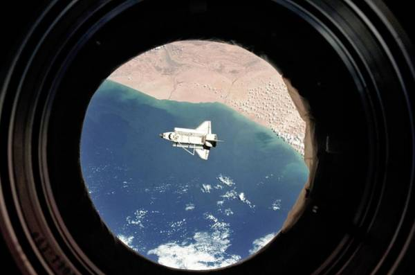 Iss Photograph - Discovery Departing The Iss by Nasa/science Photo Library