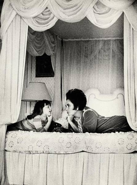 Celebrities Photograph - Elizabeth Taylor With Her Daughter by Henry Clarke
