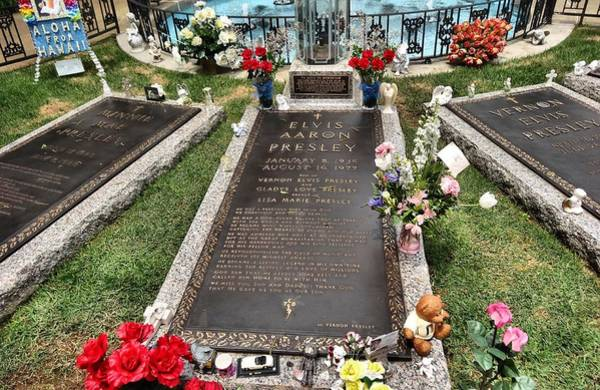 Elvis Photograph - Elvis Presley Laid To Rest by Dan Sproul