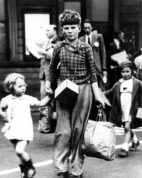 Evacuate Wall Art - Photograph - Evacuated Children Arriving In Oxford by Oxford University Images/science Photo Library