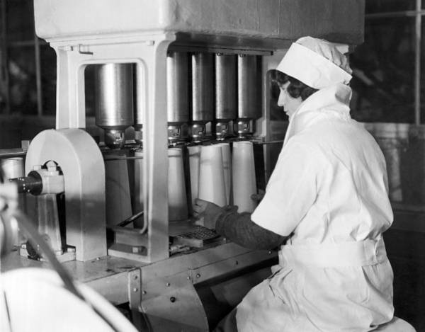Milk Farm Photograph - Filling Paper Milk Containers by Underwood Archives