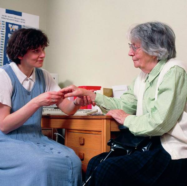 Examine Photograph - Gp Doctor Examines An Old Woman's Arthritic Hand by Chris Priest/science Photo Library