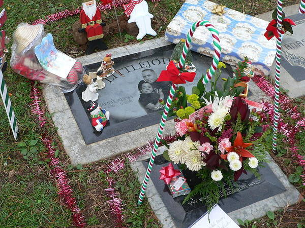 Photograph - Grave At Christmas by Jeff Lowe