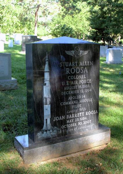 Barrett Photograph - Grave Of Stuart Roosa by Peter Bassett/science Photo Library
