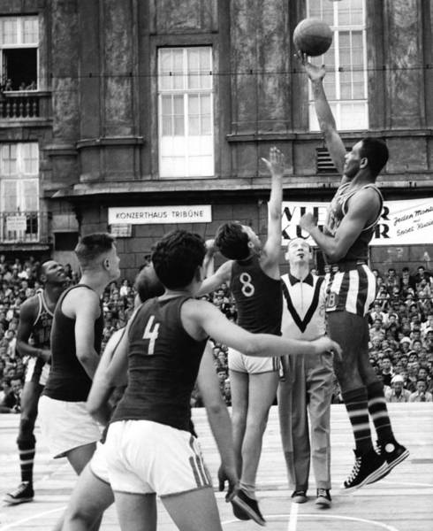 Wall Art - Photograph - Harlem Globetrotters, C1952 by Granger