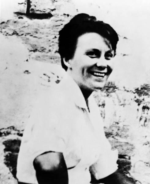 Harper Lee Wall Art - Photograph - Harper Lee (1926-2016) by Granger