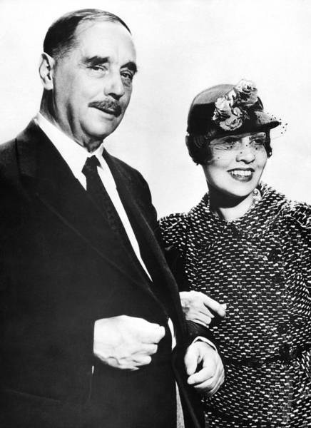 Photograph - H.g. Wells And Anita Loos by Underwood Archives