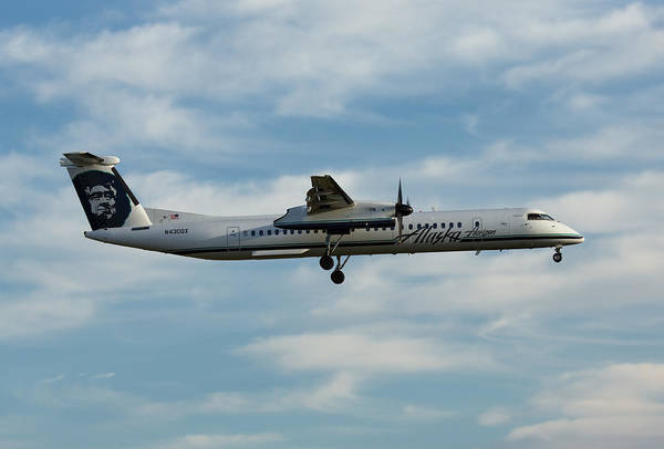 Vancouver International Airport Wall Art - Photograph - Horizon Airlines Q-400 Approach by John Daly