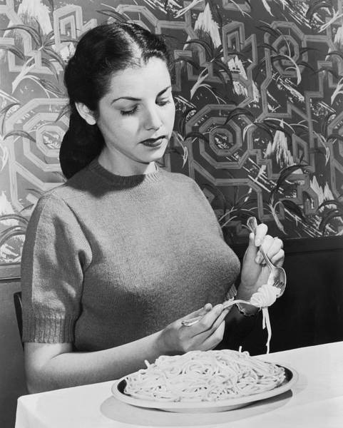 Wall Art - Photograph - How To Eat Pasta by Underwood Archives