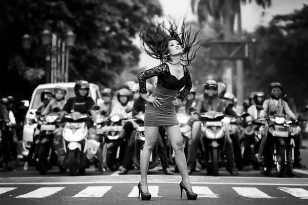 Traffic Photograph - Ignore It, Enjoy Poses On The Streets by Artistname