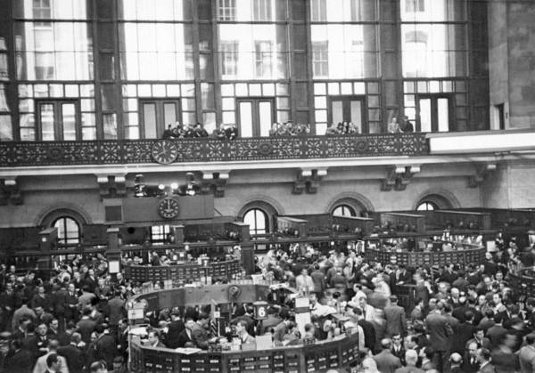 Wall Art - Photograph - Interior Of Ny Stock Exchange by Underwood Archives