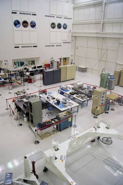 Jet Propulsion Laboratory Photograph - Jet Propulsion Laboratory Cleanroom by Mark Williamson/science Photo Library
