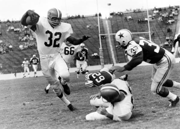 Jim Photograph - Jim Brown Running With The Ball by Gianfranco Weiss