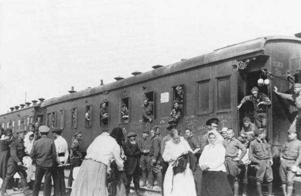 Photograph - Last Americans Leave Russia by Underwood Archives