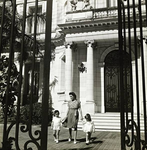 Wall Art - Photograph - Lillian Rosa Gomez-mena With Her Children by Toni Frissell
