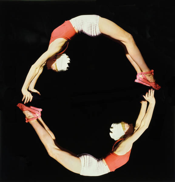 Lisa Fonssagrives Photograph - Lisa Fonssagrives Forming The Letter O by Horst P. Horst