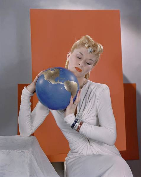 Lisa Fonssagrives Photograph - Lisa Fonssagrives Holding A Globe by Edward Steichen