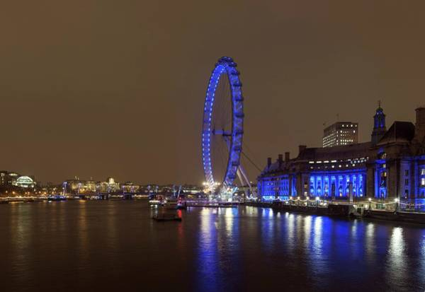 London Eye Photograph - London Eye At Night by Daniel Sambraus/science Photo Library