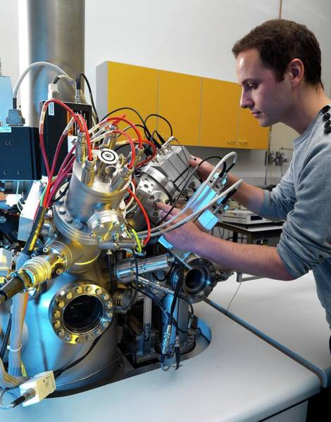 High Definition Photograph - Mass Spectrometer by Andrew Brookes, National Physical Laboratory/science Photo Library