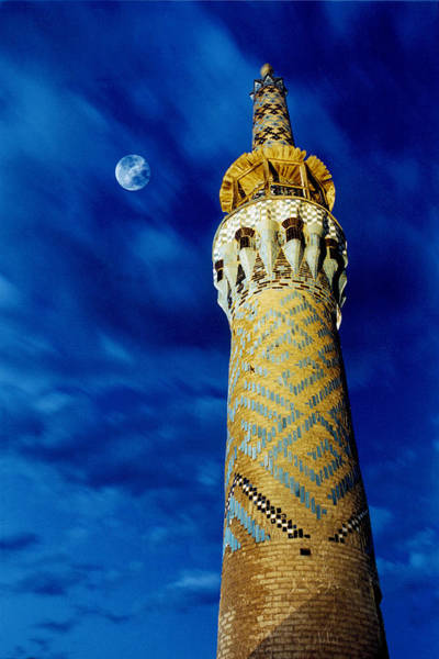 Minarets Photograph - Moon & Minaret by Babak Tafreshi/science Photo Library