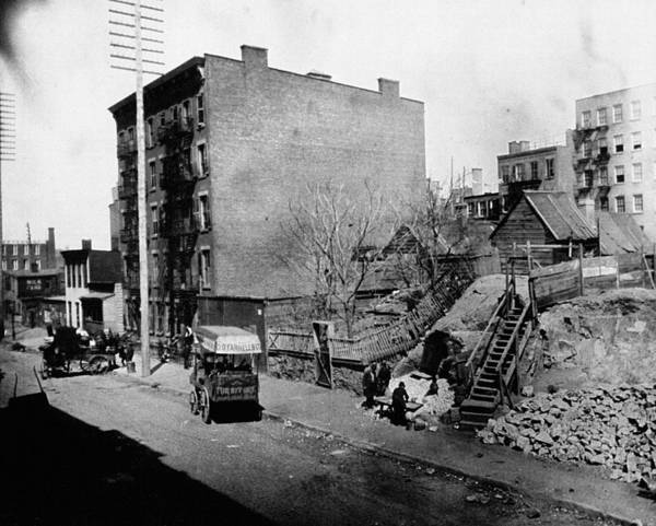 Hells Kitchen Wall Art - Photograph - Nyc Tenement Life, 1900 by Granger