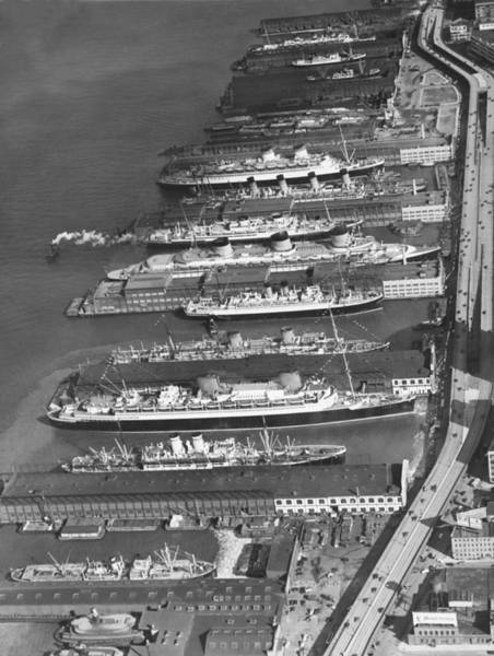 Freight Transport Wall Art - Photograph - Ocean Liners At Nyc Dock by Underwood Archives