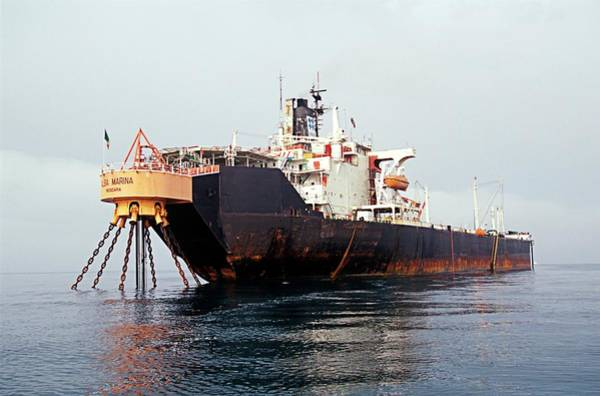 Oilfield Wall Art - Photograph - Oil Storage Tanker by Chris Sattlberger/science Photo Library