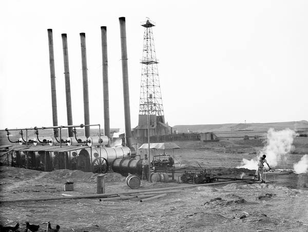 Iraqi Photograph - Oil Well In Iraq by Library Of Congress/science Photo Library