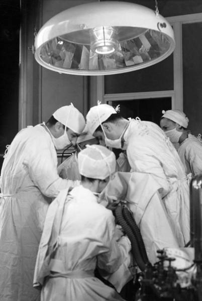 Wall Art - Photograph - Operating Room Surgery by Underwood Archives