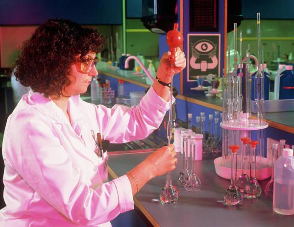 Pharmaceutics Wall Art - Photograph - Pharmaceutics Quality Control: Volumetric Analysis by Simon Fraser/searle Pharmaceuticals/ Science Photo Library