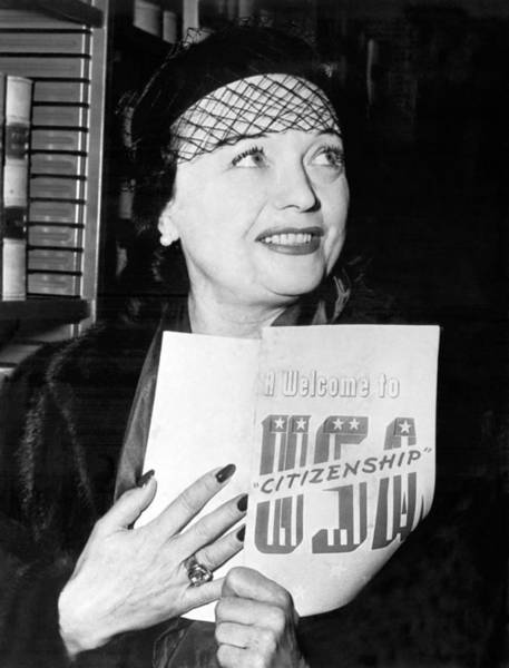 1951 Photograph - Pola Negri Becomes Us Citizen by Underwood Archives