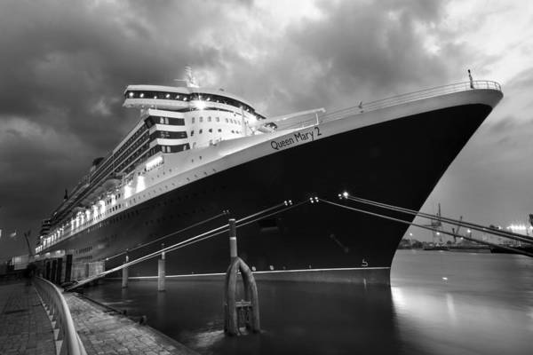 Photograph - Queen Mary 2 In Hamburg by Marc Huebner