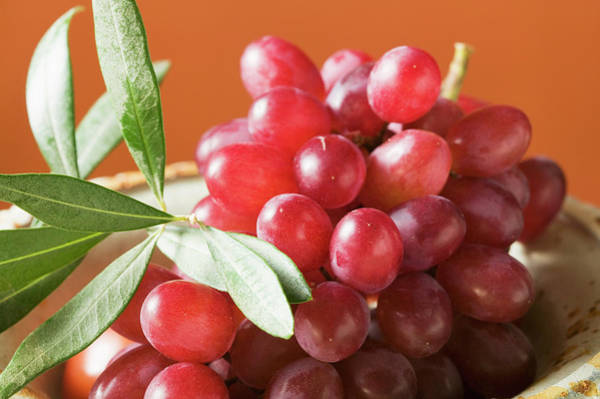 Wall Art - Photograph - Red Grapes In Bowl by Foodcollection