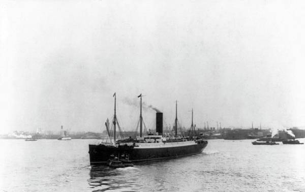 Wall Art - Photograph - Rms Carpathia In New York Harbour by Library Of Congress/science Photo Library