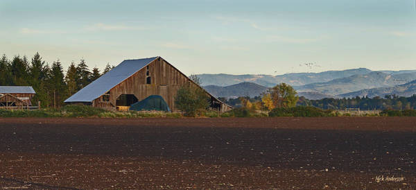 Rogue Valley Photograph - Rogue Valley Barn In Late Afternoon by Mick Anderson