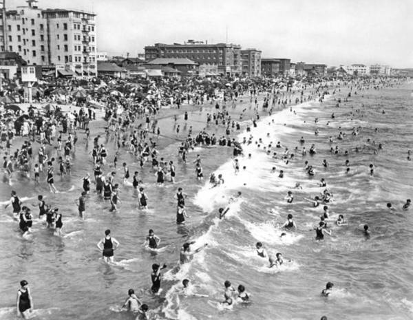 Wintry Photograph - Santa Monica Beach In December by Underwood Archives