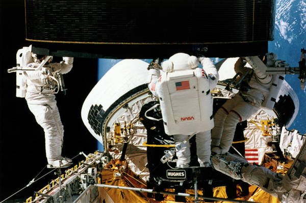 Endeavour Photograph - Satellite Capture From Shuttle Endeavour Sts-49 by Nasa/science Photo Library