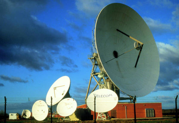 Satellite Dish Photograph - Satellite Receiving Dishes by Mikki Rain/science Photo Library