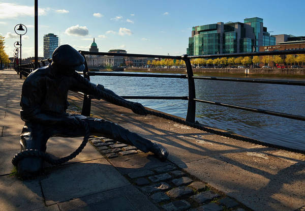 River Liffey Wall Art - Photograph - Sculpture Of A Docker With The Ifsc by Panoramic Images