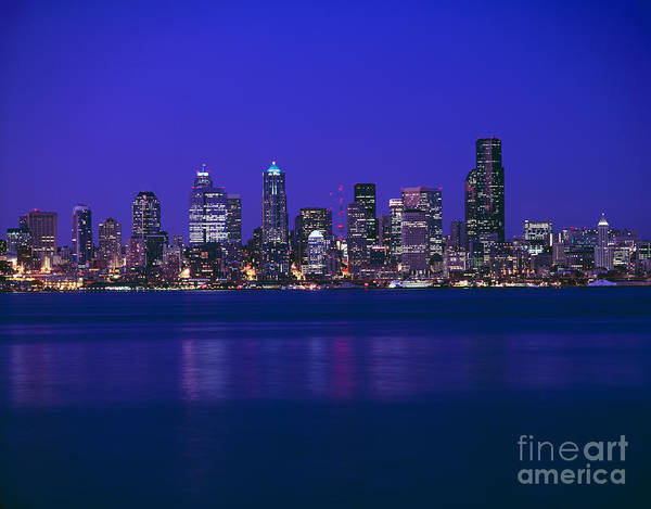 Elliot Bay Wall Art - Photograph - Seattle Skyline At Dusk by Rafael Macia