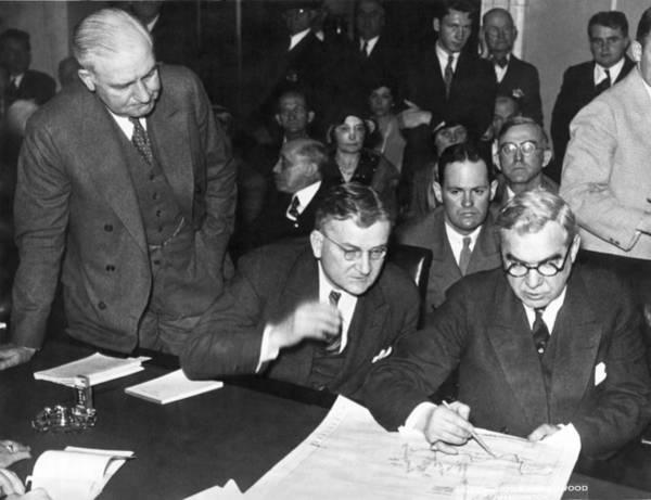 Mathew Photograph - Senators Quiz Short Trader by Underwood Archives
