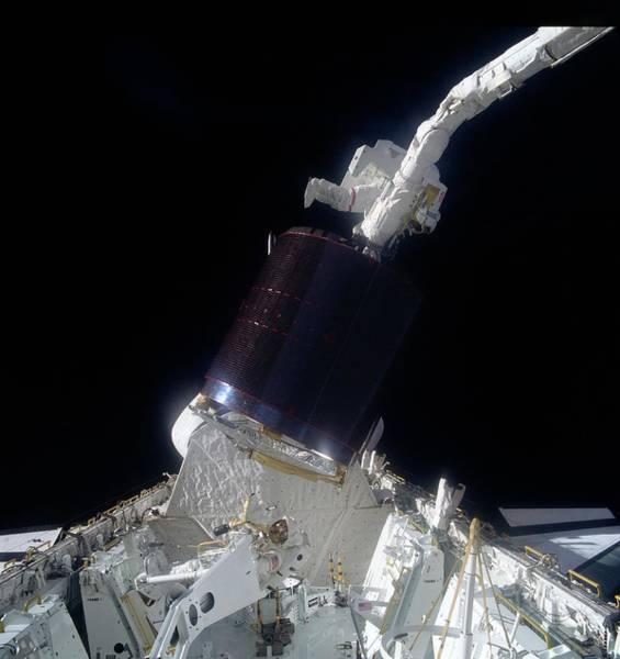 Palapa Wall Art - Photograph - Shuttle Astronauts With Palapa B-2 Satellite by Nasa / Science Photo Library