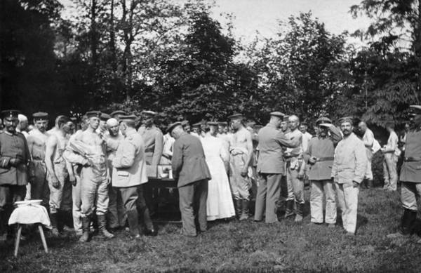 1915 Photograph - Soldiers Being Inoculated by Underwood Archives