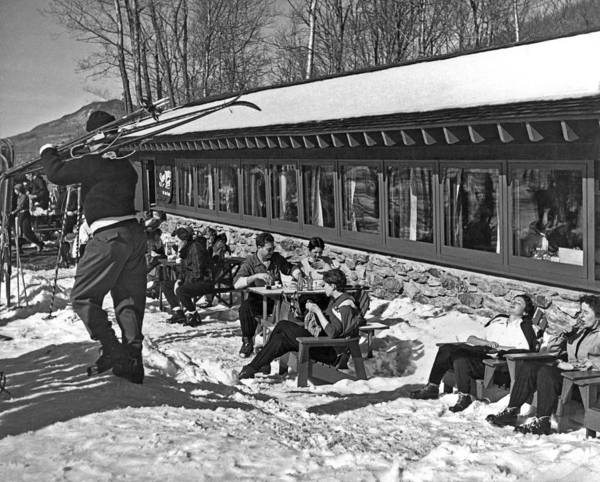 1958 Photograph - Sunny Day After Skiing by Underwood Archives