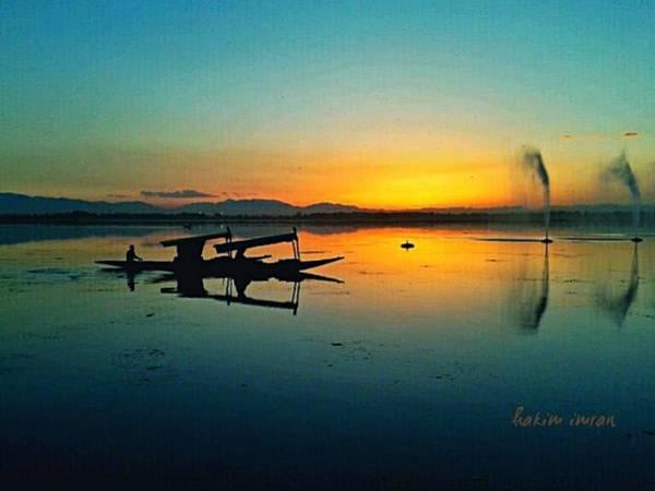 Dal Lake Photograph - Sunset In Dal Lake by Hakim Imran