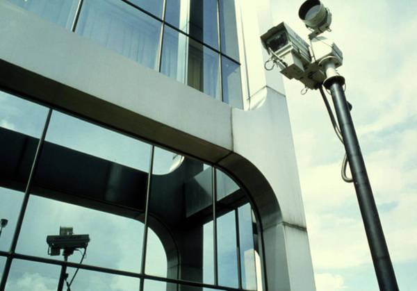 Surveillance Wall Art - Photograph - Surveillance Camera Mounted On A Pole by Jerry Mason/science Photo Library