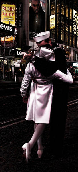 Evie Photograph - The Kiss In Times Square by Evie Carrier