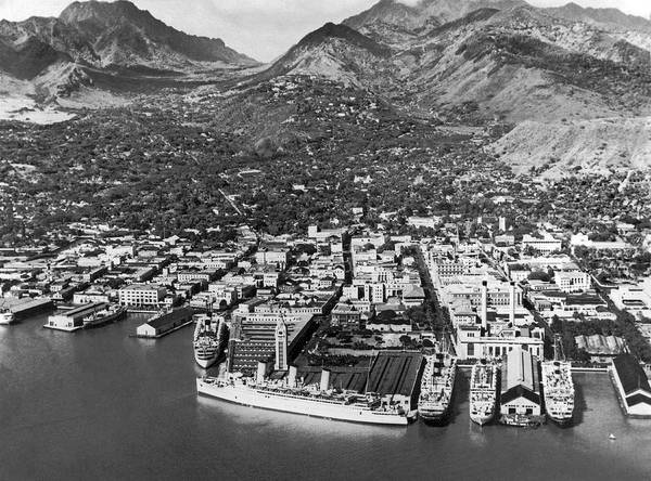 Honolulu Wall Art - Photograph - The Port Of Honolulu by Underwood Archives