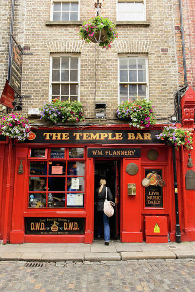 Arrival Photograph - The Temple Bar Pub In Temple Bar by Cultura Rm Exclusive/matt Dutile