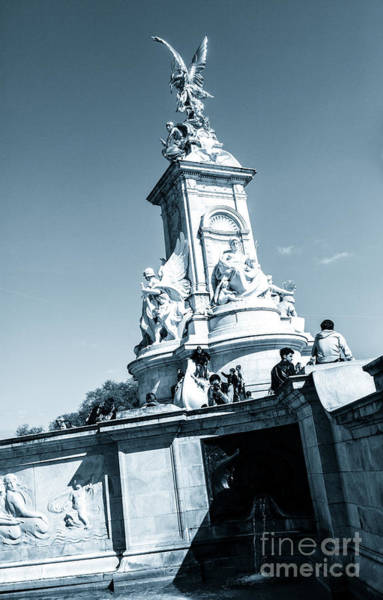 Photograph - The Victoria Memorial In Constitution Hill. by Peter Noyce